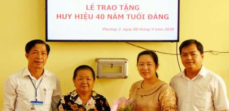 Đảng ủy Phường 2  Trao tặng huy hiệu 40 năm tuổi Đảng